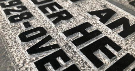Impressie handgehakte letter op grafsteen