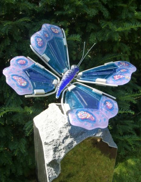 detail grafmonument glas vlinder
